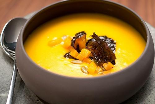 желтый суп с кабачком и пряностями