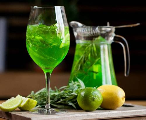 бокал с зеленым напитком