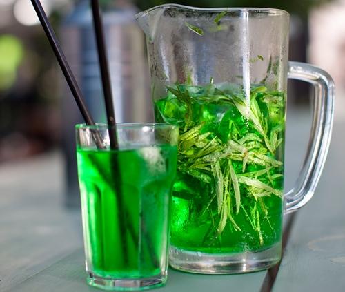 графин с зеленым лимонадом